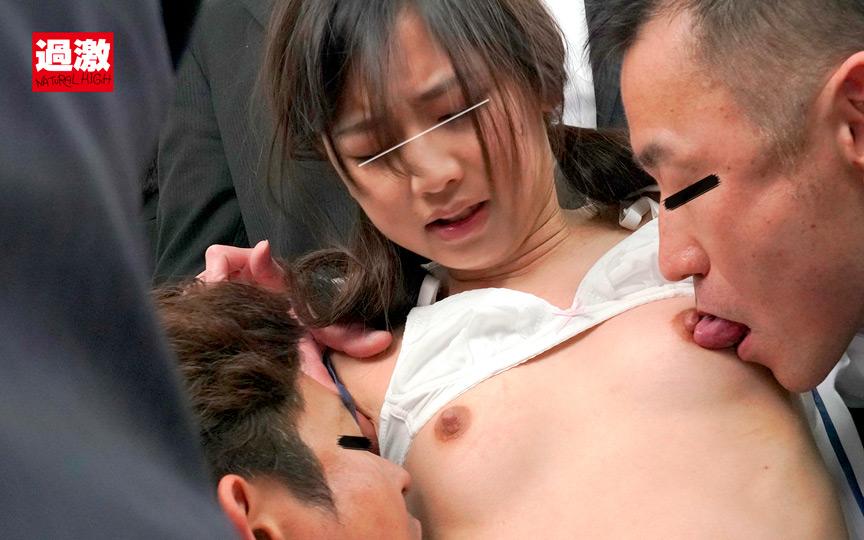 ちっちゃな女の子を囲んでネチネチ痴漢する卑劣巨漢集団003